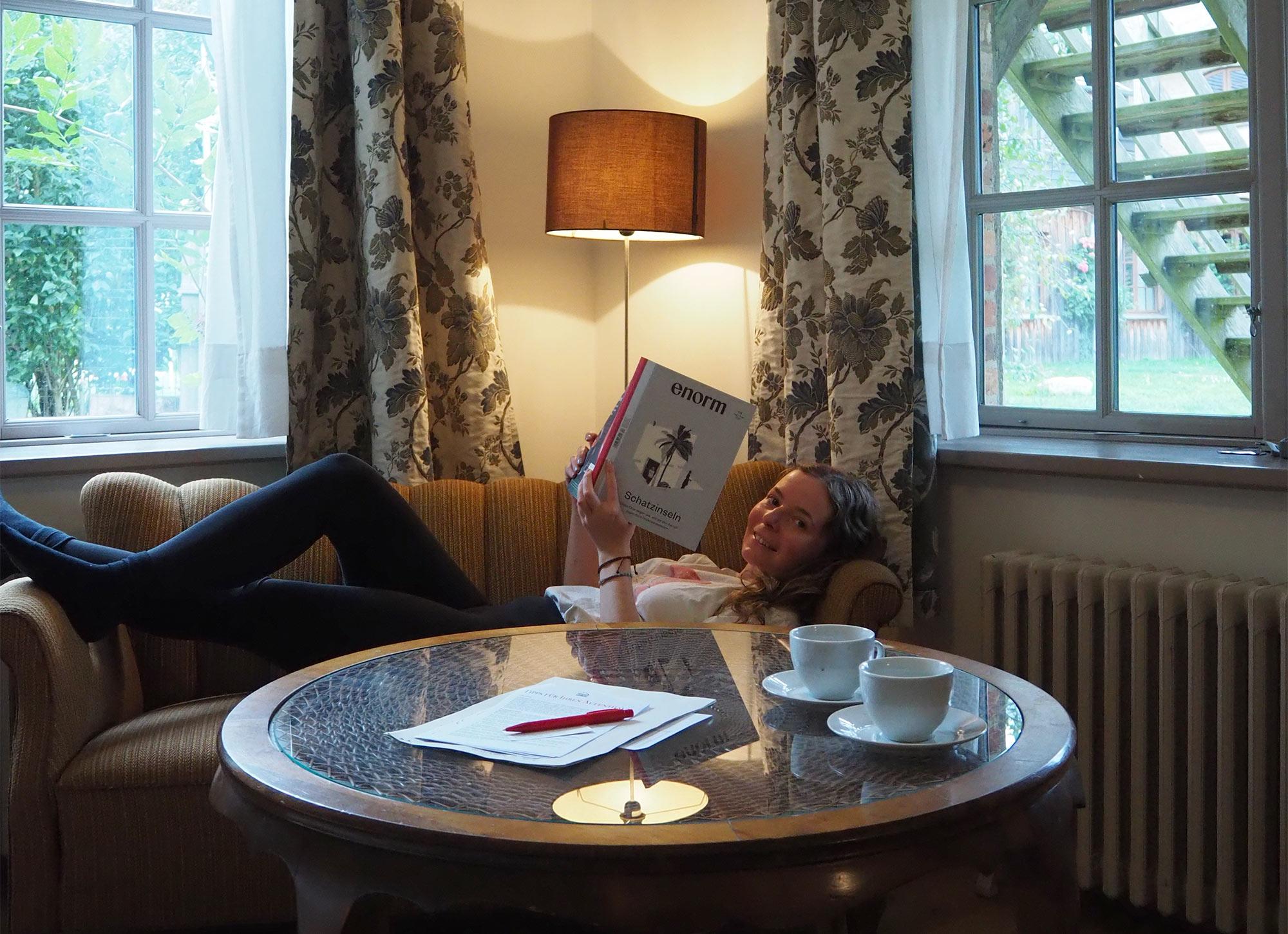Auf dem Sofa kann man ein paar gemütliche Lesestunden verbringen