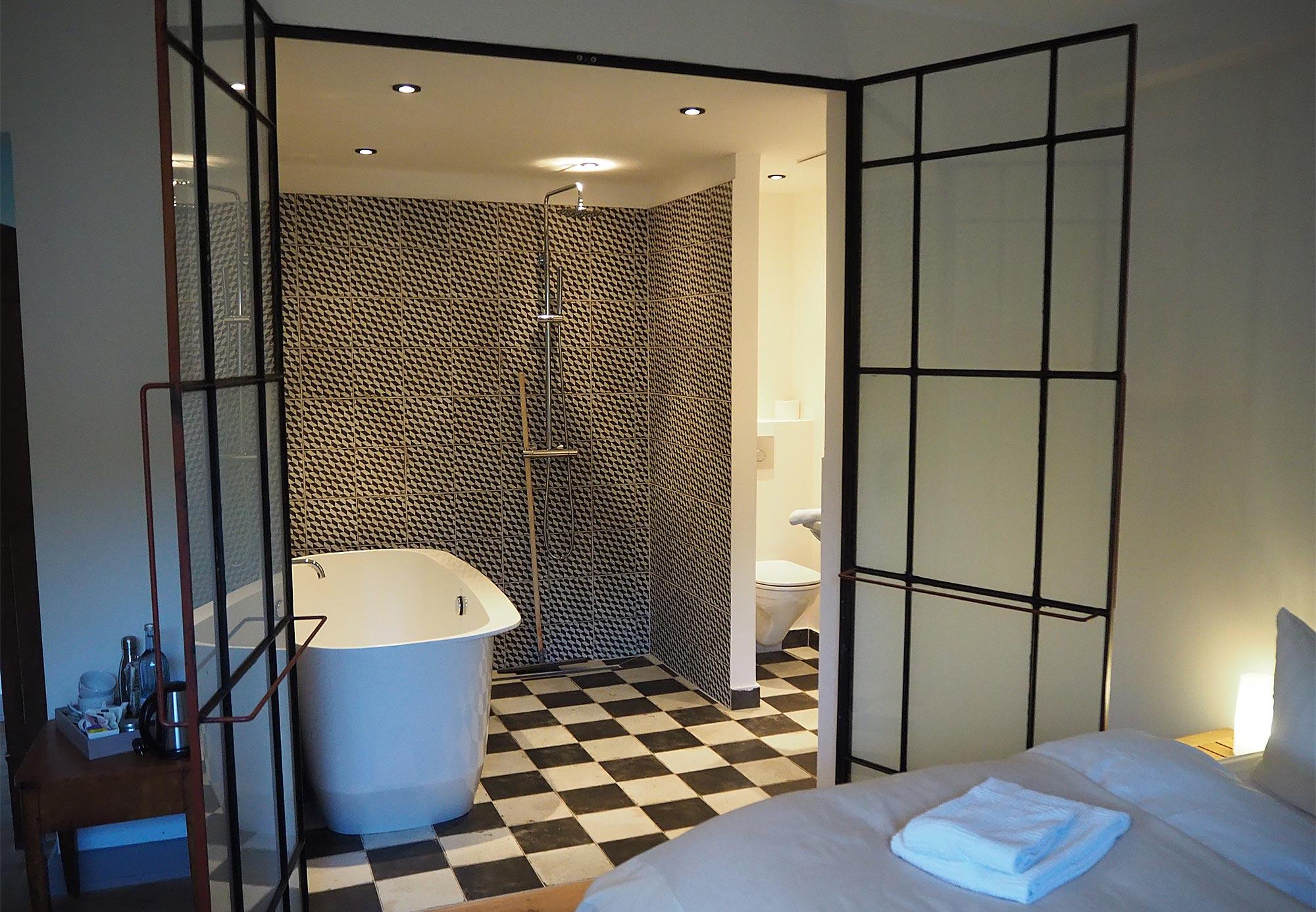 Blick ins Badezimmer mit einladender Badewanne